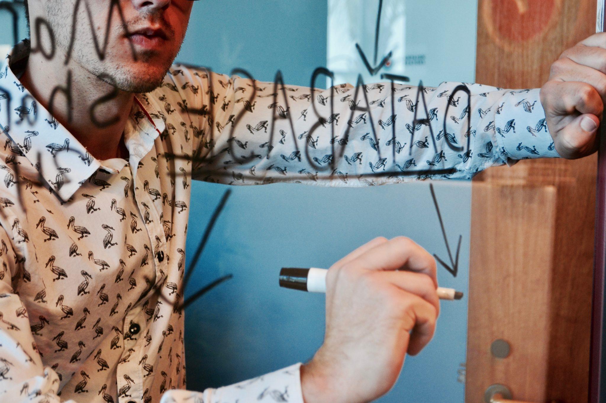 A análise de micro e macroambiente empresarial facilita o planejamento estratégico